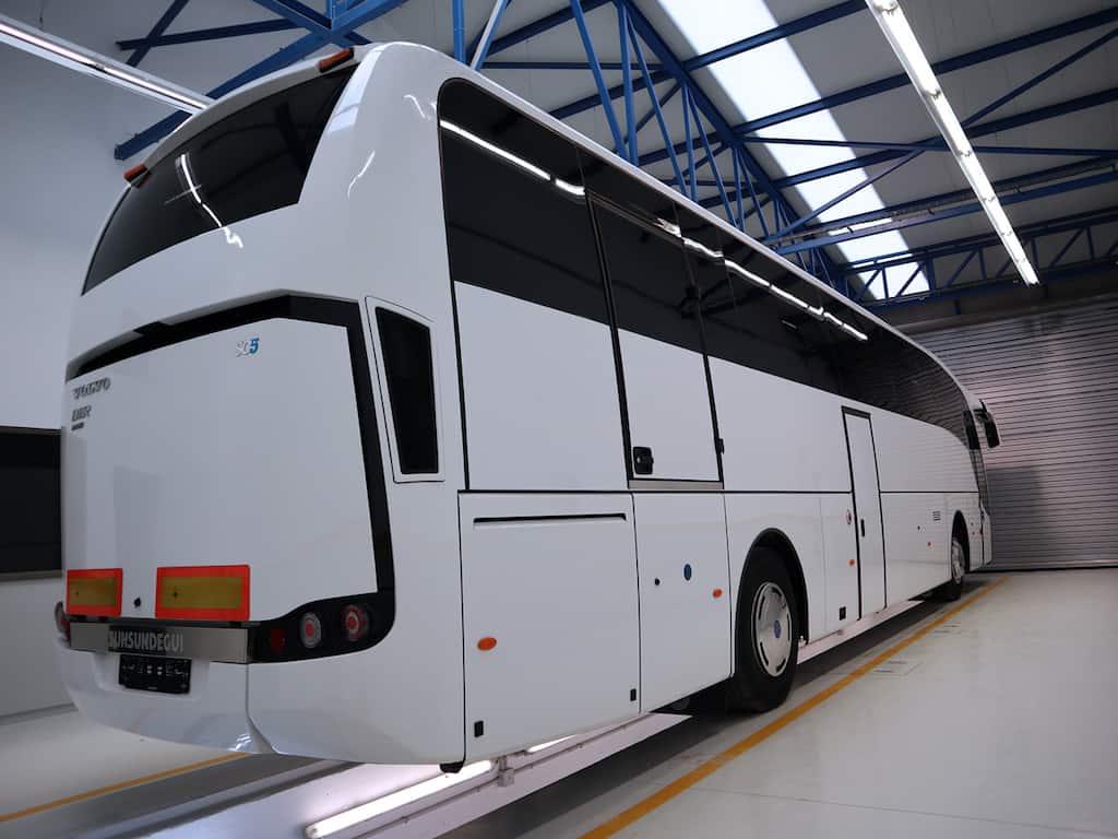 SC5 carrozado sobre chasis Volvo B11R de 13 metros de longitud y capacidad para 59 pasajeros